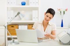 home kvinnaworking för affär Royaltyfri Fotografi