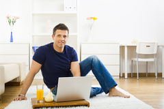 home laptop man using Στοκ φωτογραφία με δικαίωμα ελεύθερης χρήσης