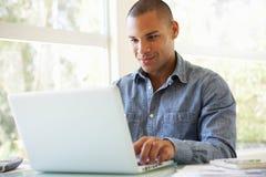 home laptop man using young Στοκ Εικόνες