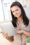 home le tablet för flicka arkivbild