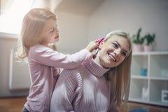 home leka home moder för dotter royaltyfria foton