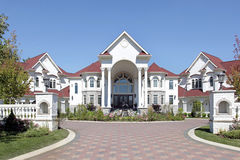 HOME luxuosa com entrada arqueada Imagem de Stock Royalty Free