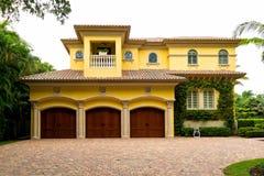 HOME luxuosa com uma garagem tripla Imagens de Stock Royalty Free