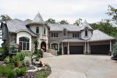 HOME luxuosa do tijolo com duas torretas Fotografia de Stock