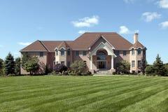 HOME luxuosa do tijolo com entrada coberta Imagens de Stock Royalty Free