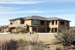 HOME luxuosa moderna nova do campo de golfe do deserto Imagens de Stock