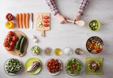 home man för matlagning Fotografering för Bildbyråer