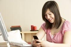 home mobil telefon för flicka som ler tonårs- använda Arkivfoton
