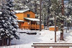 HOME moderna da cabine de registro nas madeiras do inverno Imagem de Stock Royalty Free