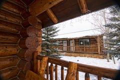 HOME moderna da cabine de registro nas madeiras do inverno Imagem de Stock