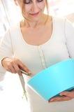 home mogen kvinna för matlagning arkivbilder