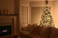 HOME morna da árvore de Natal imagem de stock royalty free