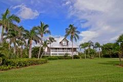 HOME no paraíso tropical com iluminação de HDR Foto de Stock