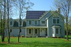 HOME NOVA DE SOLAR-POWERED Imagens de Stock
