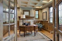 Home Office avec la garniture en bois élégante Photos libres de droits