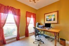 Home Office avec un bon nombre de fils sous la table. Photo libre de droits