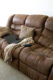 Home Office sur le divan Photos libres de droits