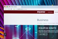 Home Page de Equifax na tela de monitor de Apple iMac Equifax Inc é uma agência do relatório do crédito ao consumo Imagens de Stock