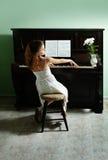 home pianobarn för flicka royaltyfria foton