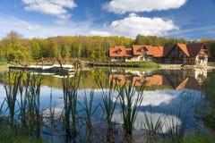 HOME rústica no lago Foto de Stock Royalty Free