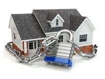 home säkerhet för begrepp Hus med låset och kedjan Arkivbilder