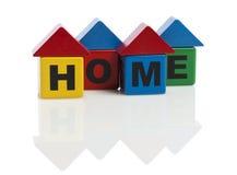 HOME soletrada com blocos de apartamentos do alfabeto Fotografia de Stock Royalty Free