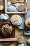 Home spa concept met traditionele lichaamsverzorgingvoorwerpen, boven mening stock afbeeldingen