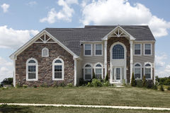 HOME suburbana com a garagem do arco e da pedra Foto de Stock Royalty Free