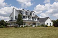 HOME suburbana com obturadores e o patamar azuis Fotos de Stock Royalty Free