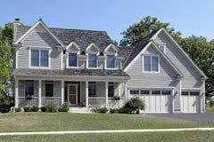 HOME suburbana com pátio de entrada coberto Fotografia de Stock