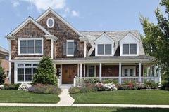 HOME suburbana com pátio de entrada coberto Fotos de Stock