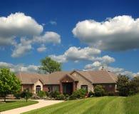 HOME suburbana do rancho do tijolo imagem de stock