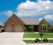 HOME suburbana do tijolo imagem de stock