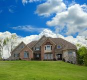 HOME suburbana do tijolo e da pedra Fotografia de Stock