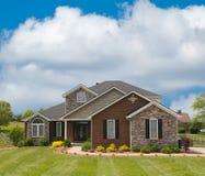 HOME suburbana do tijolo e da pedra Imagem de Stock Royalty Free