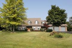 HOME suburbana luxuosa do tijolo Imagem de Stock