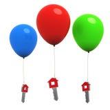 Home-Tasten des Hauses 3d, die an den bunten Ballonen hängen Stockbilder