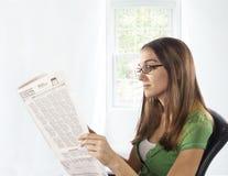 home tidningsavläsning för stol Royaltyfria Bilder
