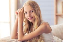 home tonårs- för flicka royaltyfria bilder