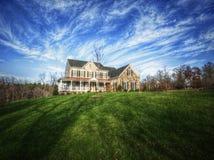 HOME tradicional e grande jarda imagens de stock royalty free