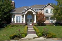 HOME tradicional luxuosa com uma entrada bem-desenvolvida imagem de stock royalty free