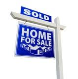 HOME vendida azul para o sinal dos bens imobiliários da venda no branco Imagens de Stock
