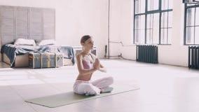 home yoga Enkel yoga övar för nybörjare hemma stock video