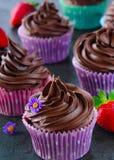 Homebaked двойные булочки шоколада служили с ягодами и съестными цветками Стоковое Фото