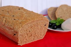 Homebread с моццареллой, базиликом и оливками Стоковое Фото
