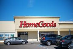 HomeGoods detaljistyttersida och tecken HomeGoods är en kedja av diversehandel för hem- inredning fungerings av TJX-företag Påskd royaltyfri bild