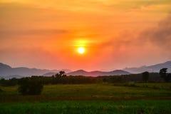 Homegrown λαχανικό και θέα βουνού με τον ουρανό ηλιοβασιλέματος στοκ φωτογραφία με δικαίωμα ελεύθερης χρήσης