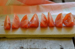 Homegrown ντομάτα στον αγροτικό τεμαχισμένο πίνακα Στοκ εικόνες με δικαίωμα ελεύθερης χρήσης