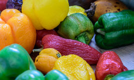 Homegrown οργανικά πιπέρια κόκκινο σε κιτρινοπράσινο στοκ εικόνα με δικαίωμα ελεύθερης χρήσης
