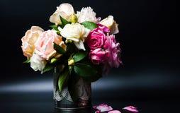Homegrown τριαντάφυλλα σε ένα βάζο στοκ εικόνες με δικαίωμα ελεύθερης χρήσης